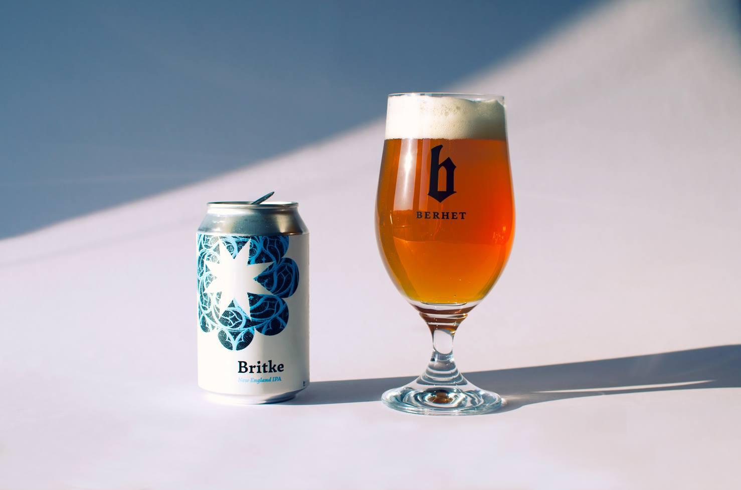 Berhet rozdáva Britke plechovky v Beer Station